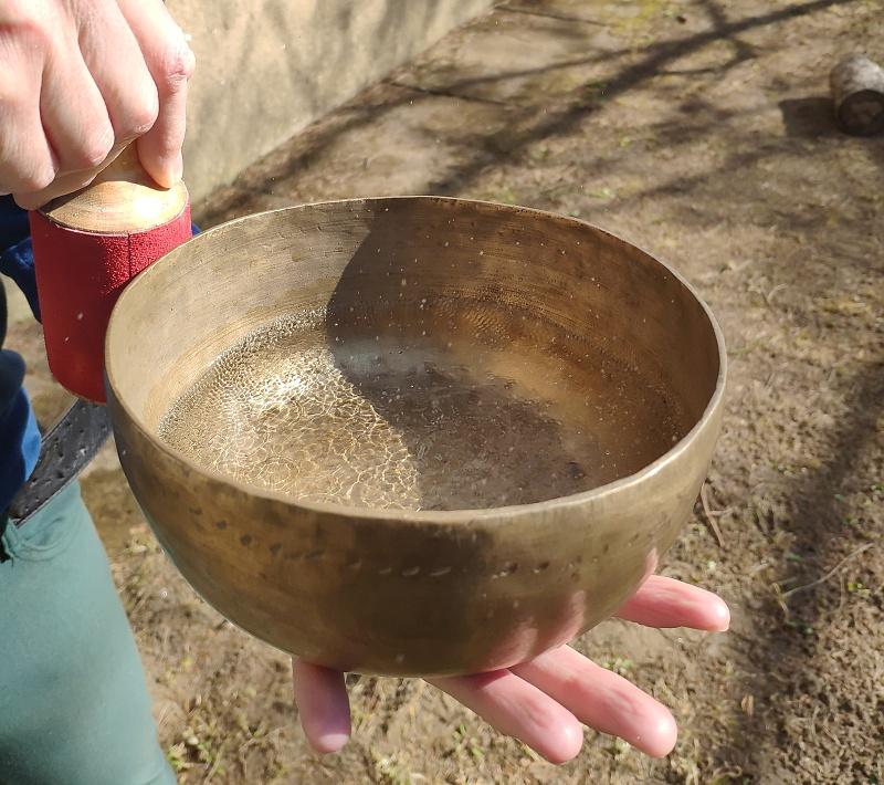 Hra na tibetskou mísu s vodou