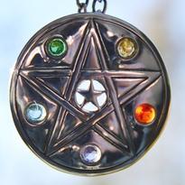 Amulet Pentagram a pětice barev, postříbřený