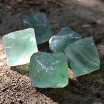 Fluorit nebroušený krystal osmistěn 3 x 3 cm