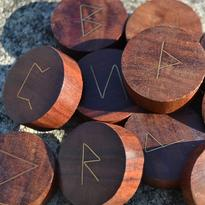 Dřevěné runy s mosaznými symboly