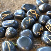 Runové kameny - černý jaspis, se sametovým sáčkem