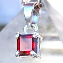 Přívěsek granát červený facetovaný, stříbro Ag 925