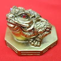 Soška třínohá žába na BA-GUA