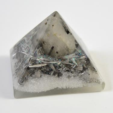 Orgonitová pyramida 5 cm, bílá/stříbrná