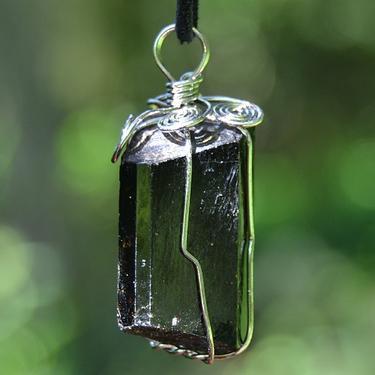 Přívěsek Turmalín skoryl krystal drátkovaný  - 1