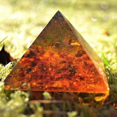 Pyramida pryskyřice s jantarem 6,5 cm
