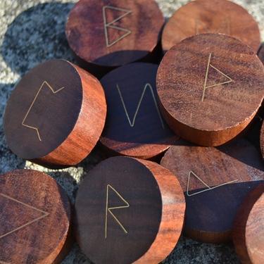 Dřevěné runy s mosaznými symboly  - 1