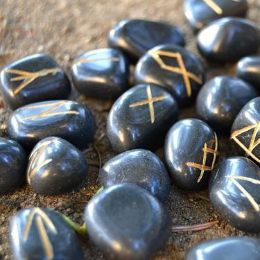 Runové kameny - černý jaspis, se sametovým sáčkem  - 1