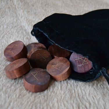 Dřevěné runy s mosaznými symboly  - 2